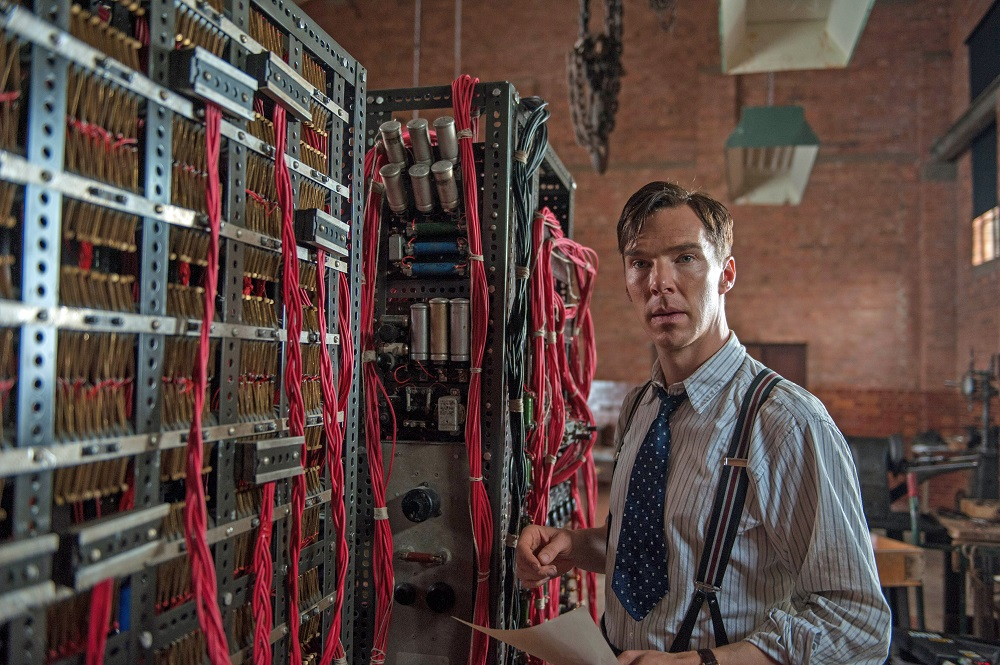 Benedict Cumberbatch som Alan Turing i «The Imitation Game», foran maskinen som knakk Enigma.