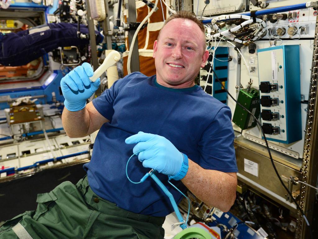 Barry «Butch» Wilmore med skrallen de akkurat har printet på Den internasjonale romstasjonen. Foto: NASA
