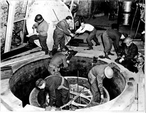Amerikanske tropper finner den tyske reaktoren etter krigen.