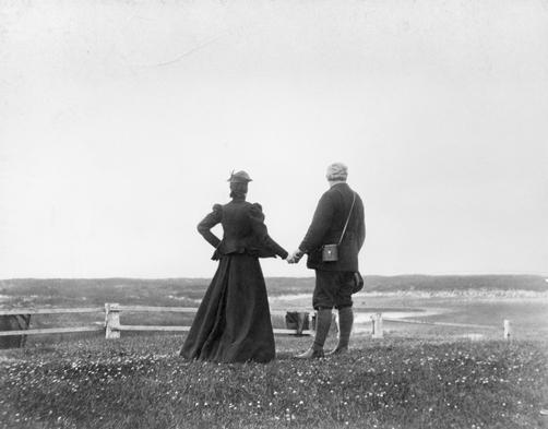 Kjærlighet gjennom historien: Alexander Graham Bell (1847-1922) og kona Mabel holder hender ved vannkanten på Sable island, Nova Scotia, Canada. Foto: Bell Connection
