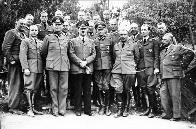 Hitler med sin stab, juni 1940. Hans personlige lege, Theodor Morell, er fjerde fra høyre (bak, med briller). Foto: Bundesarchiv, Bild 183-R99057 / Wikimedia Commons, CC-lisens BY-SA 3,0