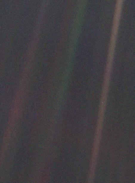 Du befinner deg på den lille, lyse flekken midtveis nede på den lyse stripen lengst til høyre i bildet. Føler du deg liten? Foto: NASA/Voyager 1