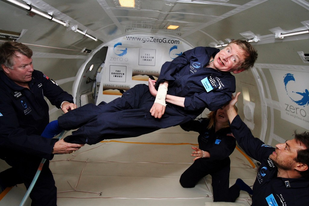 Stephen Hawking opplever vektløs tilstand ombord en modifisert Boeing 727, på hans 65. årsdag den 8. januar 2007. Foto: NASA/Jim Campbell/Aeronews Network/Wikimedia Commons