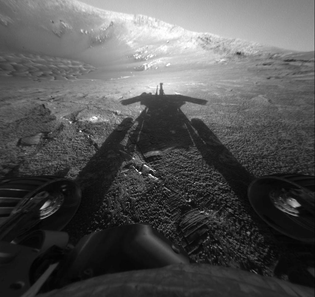 Curiosity tar bilde av sin egen skygge. Foto: NASA/JPL-Caltech/Texas A&M/Cornell