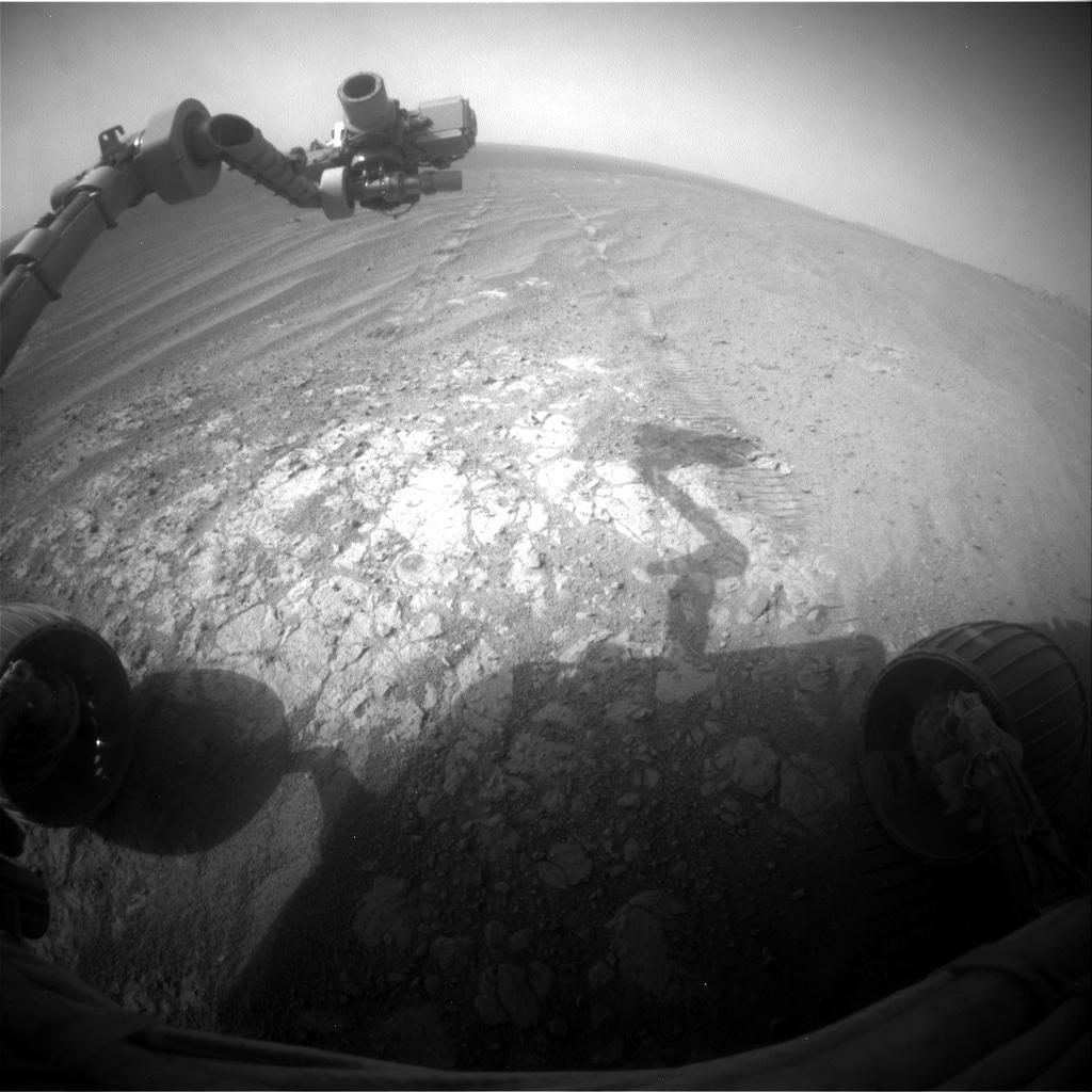 Curiosity tar en pust i bakken, knipser sine egne hjulspor, 18. november 2014. Foto: NASA/JPL-Caltech