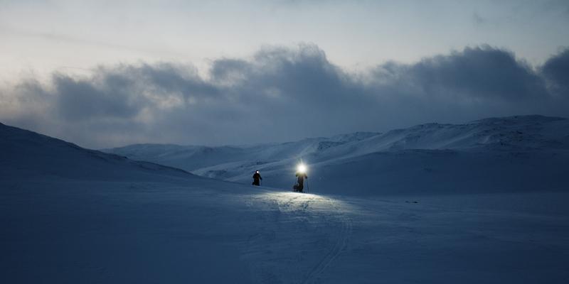 Night falls over Hardangervidda, but the athletes keep going.
