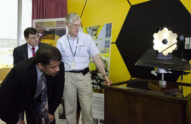 Astrofysiker og «StarTalk»-programleder Neil de Grasse Tyson studerer en modell av James Webb-romteleskopet. Foto: NASA/Goddard/Rebecca Roth