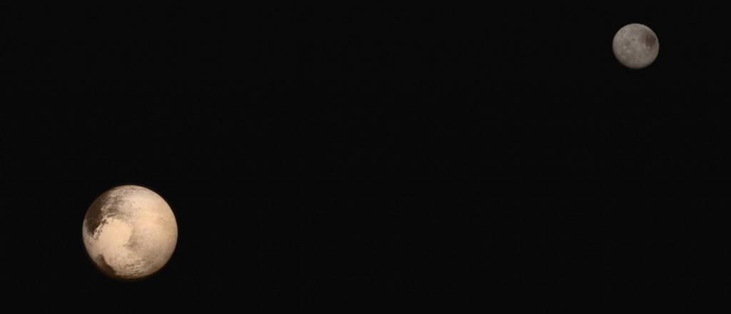 Pluto og den store månen Charon, i riktig relativ størrelse og avstand. Foto: NASA/JUAPL/SwRI