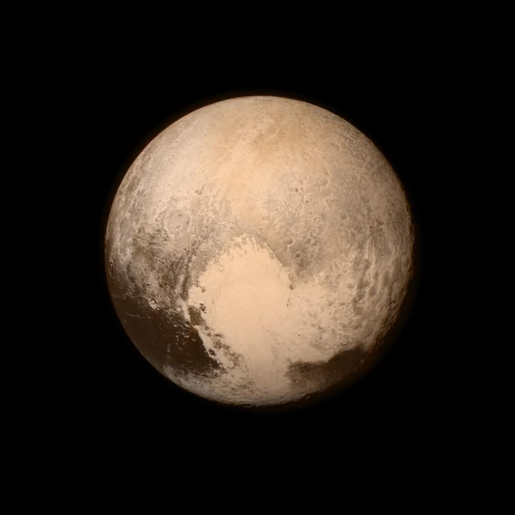 Pluto viser frem hjertet sitt. Tatt fra 768,000 kilometers avstand den 13. juli. Foto: NASA/APL/SwRI