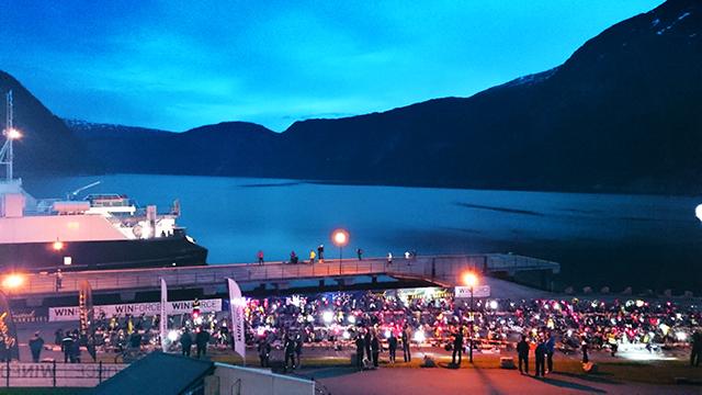 Klokka er 2.30. Jeg våkner på hotellrommet på kaia i Eidfjord og ser ut på den mest magiske utsikten jeg vet om: fjorden, fergen og skiftesonen. Foto: Kai-Otto Melau