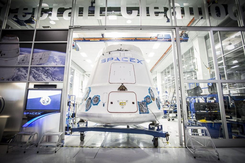 En Dragon-kapsel på vei ut av SpaceX-fabrikken i California i februar. Foto: SpaceX (offentlig eiendom)