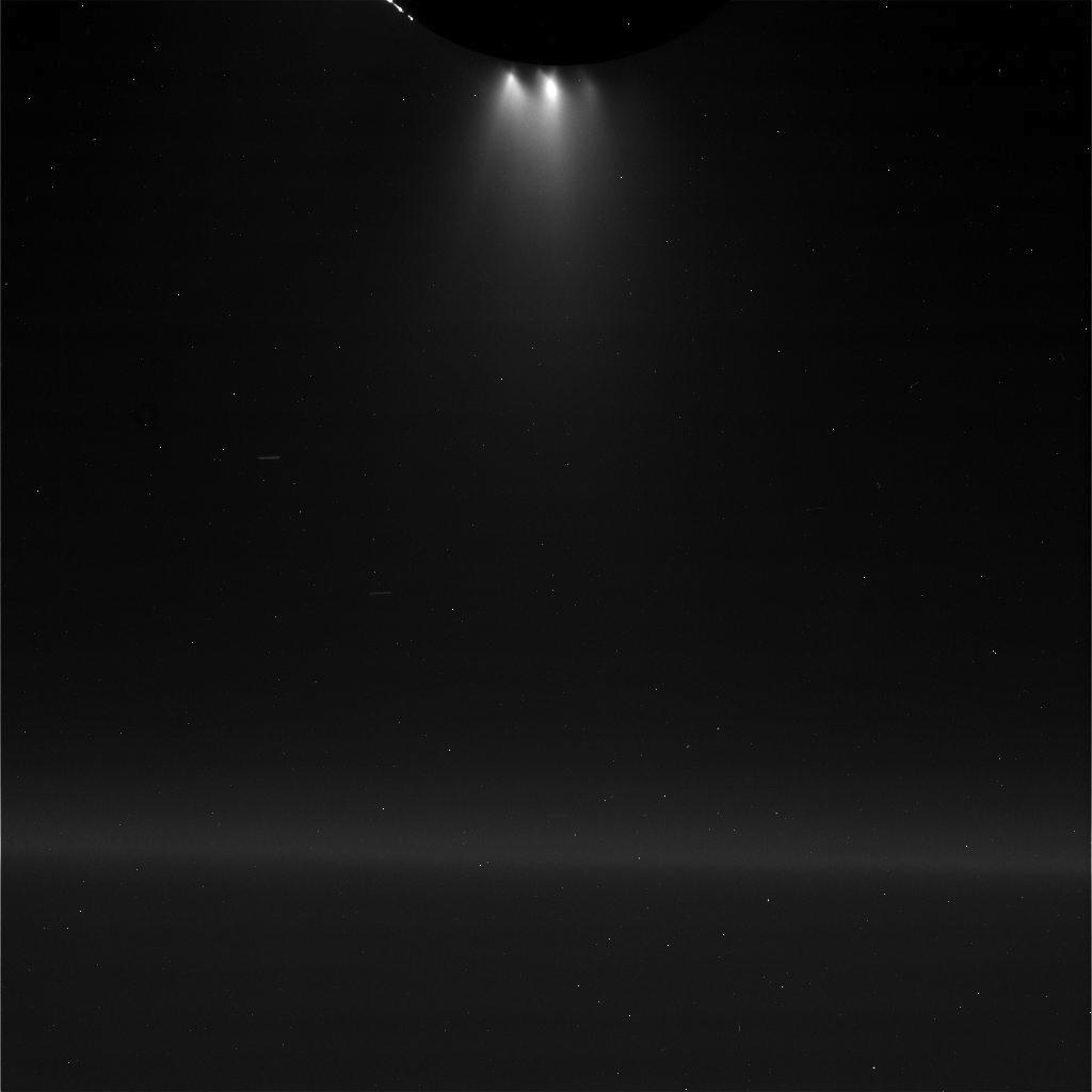 Ubehandlet bilde av Enceladus og geyserne. Foto: NASA/JPL-Caltech/Space Science Institute