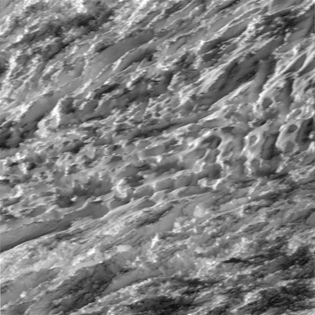 Enceladus' overflate fotografert fra 124 kilometers høyde, av romsonden Cassini den 28. oktober 2015. Foto: NASA/JPL-Caltech/Space Science Institute