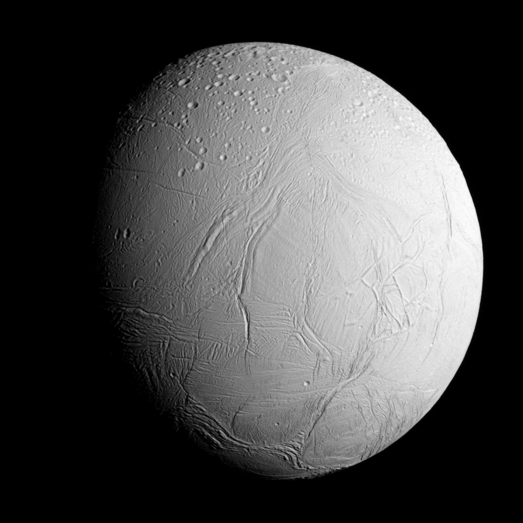 Bilde fra «innflygningen» mot Enceladus. Foto: NASA/JPL-Caltech/Space Science Institute