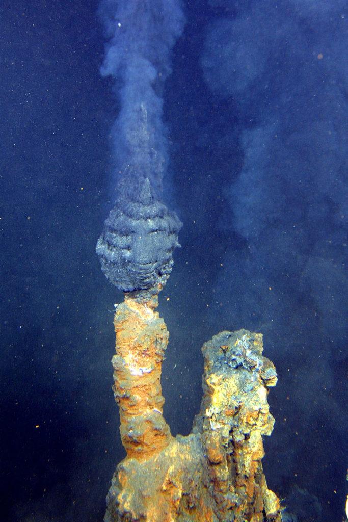 En såkalt «black smoker» hydrotermal skorstein. Foto: Offentlig eiendom, Wikimedia commons