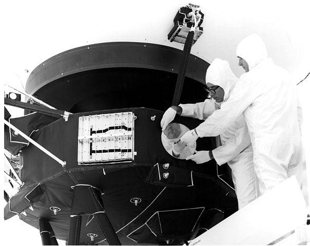 Gullplaten festes på Voyager 1. Foto: NASA