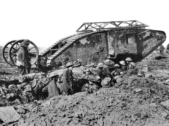 En britisk Mark I-tank («male») fra slaget ved Somme, fotografert i september 1916. Foto: Ernest Brooks. Bilde-id Q 2486 fra Imperial War Museums samlinger, offentlig eiendom.